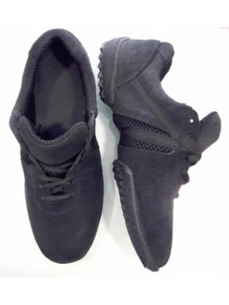 Кроссовки с рифленой подошвой